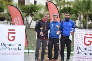 david-jimenez-en-el-centro-del-podio-como-campeon-en-el-trail-de-itrabo-16