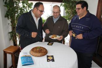 jurado-probando-la-tortilla-de-ragu-con-base-de-tomate-y-mayonesa-de-aguacate-16