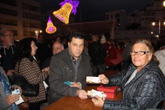 maria-vendiendo-tikets-para-churros-y-chocolate-2-euros-raciones