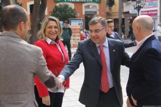 ALCALDESA ALMUÑECAR PRESENTA A LOS EDILES SEXITANOS AL SUBDELEGADO EN PUERTAS CONSISTORIO 17