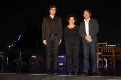 POETA Y MUSICOS RECIBEN EL APLAUSO DEL PUBLICO AL FINALIZAR 17
