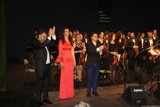 DIRECTOR Y ARTISTAS JUNTO ORQUESTA RECIBEN APLAUSO FINAL EN ALMUÑECAR 17