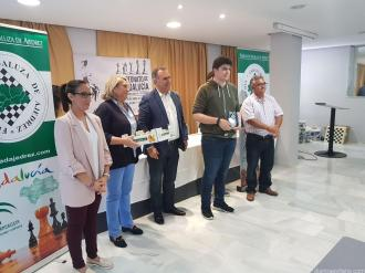 ADEMAS DEL TROFEO FUERON OBSEQUIADOS CON CHIRIMOYAS 17