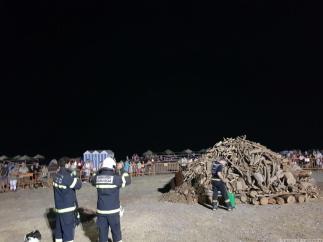BOMBEROS PRENDIERON LA HOGUERA DE SAN JUAN EN ALMUÑECAR 17