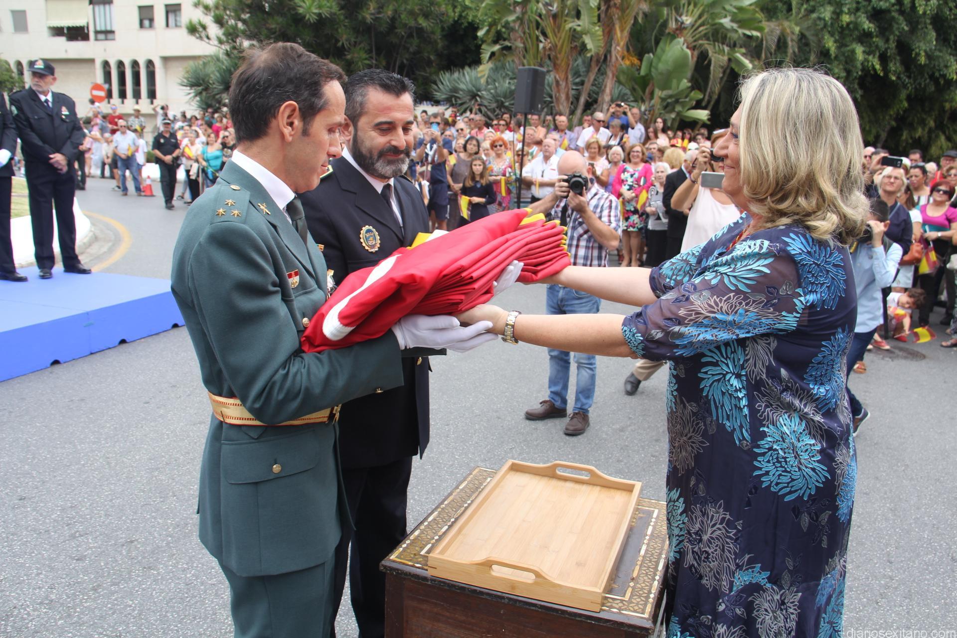 ALCALDESA HACE ENTREGA DE LA BANDERA NACIONAL PARA SU IZADO 17