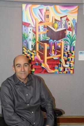 Antonio Arellano junto a una de sus obras expuestas en Almuñécar V 17