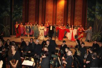 ARTISTAS Y MUSICOS AGRADECEN APLAUSOS AL FINAL DEL ESPECTÁCULO OPERA NABUCCO EN ALMUÑECAR 16