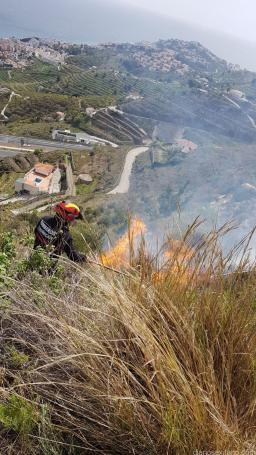 BOMBEROS ALMUIÑECAR EN PLENA ACCION CONTRA EL FUEGO EN ALTO DE TARAMAY 18
