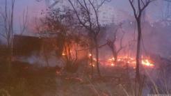 BOMBEROS Y POLICIAL LOCAL INTENTA SOFOCAR INCENDIO JUNTO A COSTA BANANA 18 (2)
