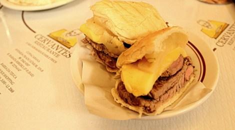 No balcão da folia: filé com queijo e abacaxi do Cervantes