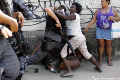 brasilmulherenfrentapolicia1307