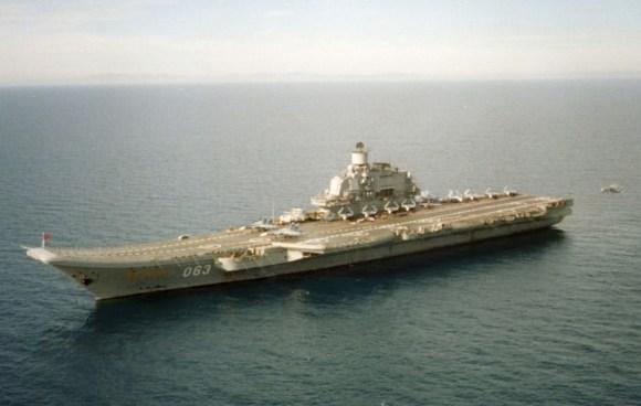 Aeroplanmbartësja Admirali Kuznetsov në lundrim në Detin Mesdhe më 7 janar 1996. REUTERS/U.S. Navy/Handout