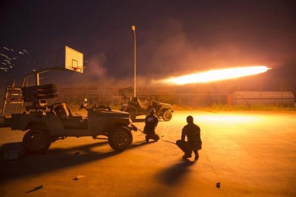 Luftëtarë shia lëshojnë raketa gjatë përleshjeve me militantët e Shtetit Islamik në provincën Salahudin më 1 mars 2015. REUTERS/Ahmed Al-Hussain