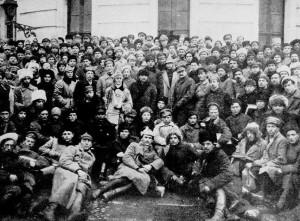 Leon Trocki me Vladimir Leninin dhe Klim Voroshilovin mes ushtarëve në Petrograd më 1921. WIKIPEDIA