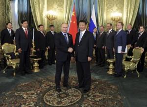 Presidenti i Rusisë Vladimir Putin shtrëngon duart me presidentin e Kinës Xi Jinping gjatë takimit të tyre në Kremlin, Moskë më 8 maj 2015. REUTERS/Mikhail Klimentyev/RIA Novosti/Kremlin