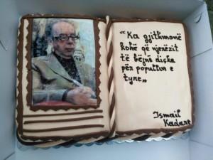 Nje torte me permasa gjigande dedikuar gjeniut Kadare!