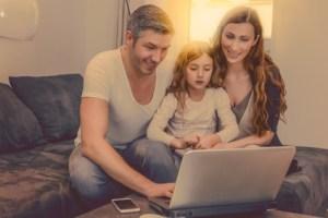 Familie freut sich über gescannte Bilder