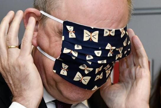 Ce ministre belge se voit offrir un masque qu'il enfile sur les yeux – vidéo