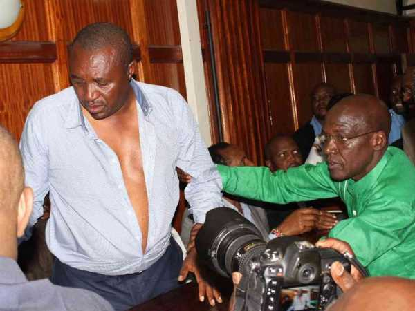 Senator Bonni Khalwale assists Bahati MP Kimani Ngunjiri after he fell ill when together with other MPS they appeared at the Milimani law courts for their incitement case on Friday, June 17. Photo/COLLINS KWEYU