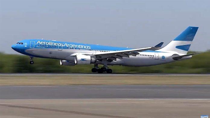 El vuelo de Aerolíneas Argentinas que trae las primeras 300 mil dosis de la vacuna Stputnik V, proveniente de Moscú, aterrizó en el aeropuerto de Ezeiza a las 10.25.