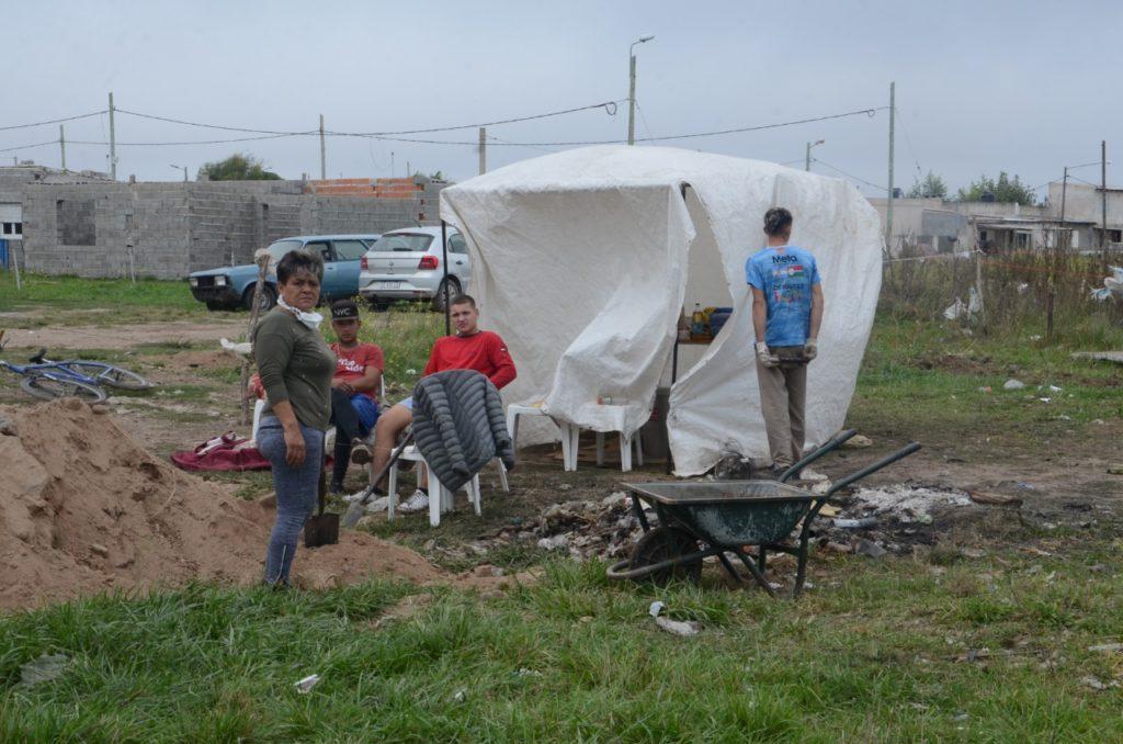 Muchas familias levantaron carpas provisorias para pasar la noche. (Claudio Martínez / El Popular)