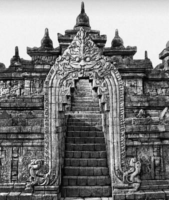 Портал храма Боробудур с мифологической фигурой «кала-макара». Индонезия. Около 800.