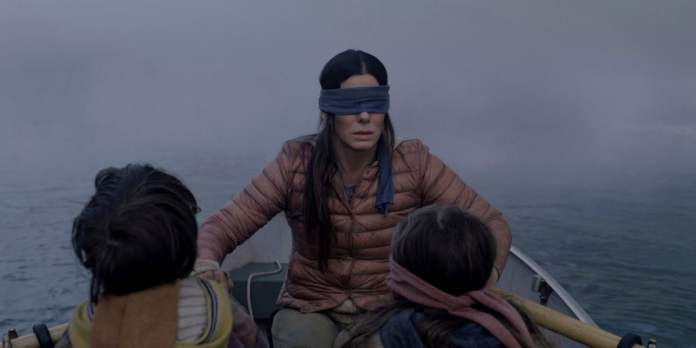 "Da esquerda, Julian Edwards, Bullock e Vivien Lyra Blair em ""Bird Box""."