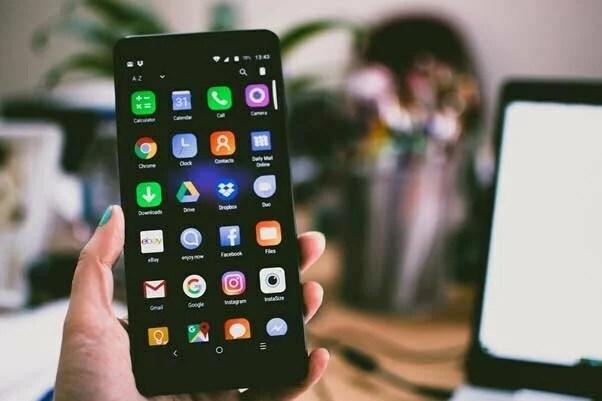 Pessoa segurando smartphone Android