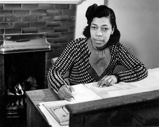 """Una Marson ingressou na BBC em tempo integral em março de 1941, quando se tornou assistente de programa no departamento de """"Programas do Império"""", que criava programas de rádio para falantes de inglês em todo o Império Britânico. Ela rapidamente se comprometeu a expandir a gama de vozes caribenhas no ar."""