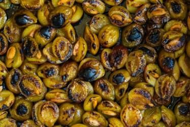 Ameixas tostadas com suco de laranja e baunilha de Paola Carosella