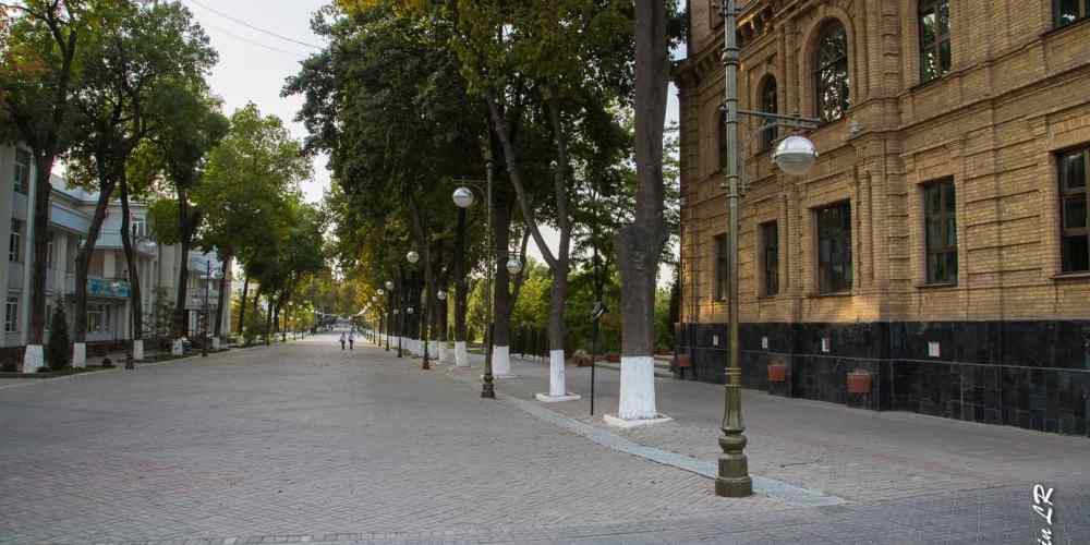 Rue piétonne, ex Boadway, qui part la place Amir Timur et conduit au parc et à la galerie commerciale
