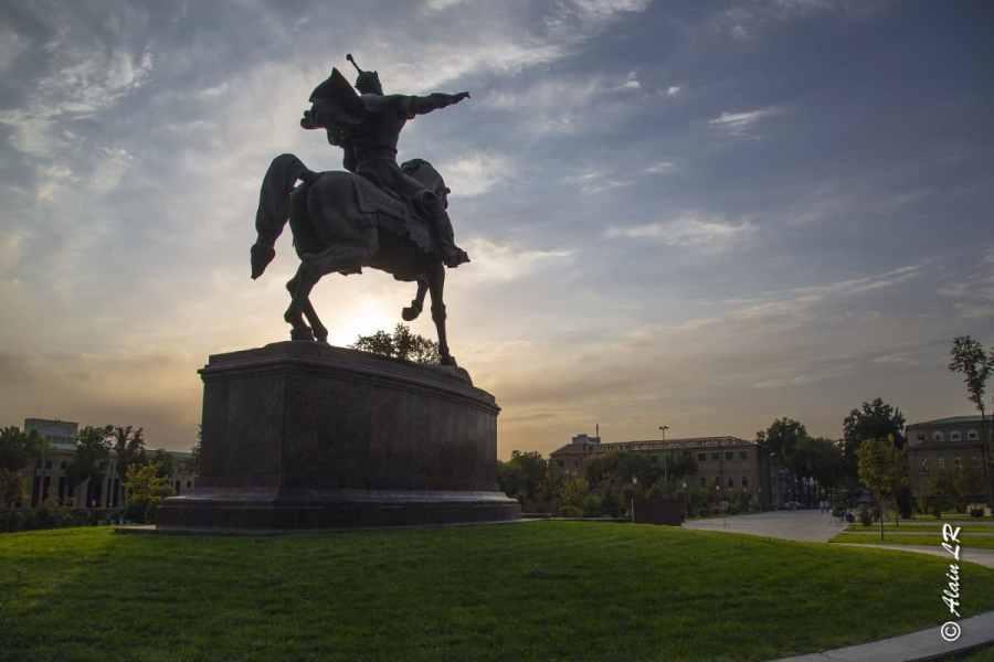 Statue de Tamerlan sur la place Amur Timur qui porte son nom