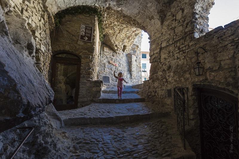 ruelle qui conduit à la place centrale d'Apricale