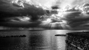 Nuages tourmentés sur mer calme