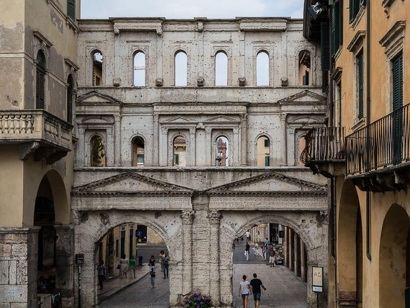 Une des portes de l'époque romaine pour entrer dans la ville : la Porta Borsari qui tient son nom du rôle de porte de péage qu'île a joué dans l'histoire postérieure à l'ère romaine