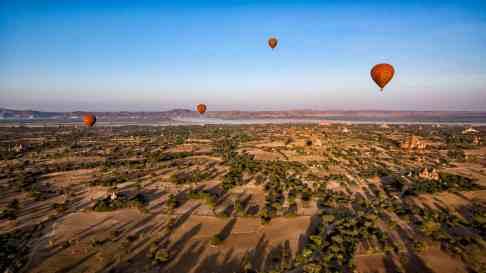 Ombres longues de l'aube sur Bagan