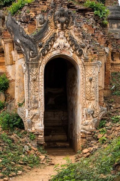 Les très beaux vestiges de la Shwe Inthein Pagoda (17 ème siècle) mangés par la végétation