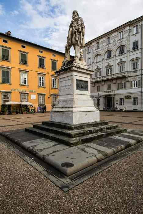 Statue de Garibaldi sur la Piazza del Giglio en face du Théâtre