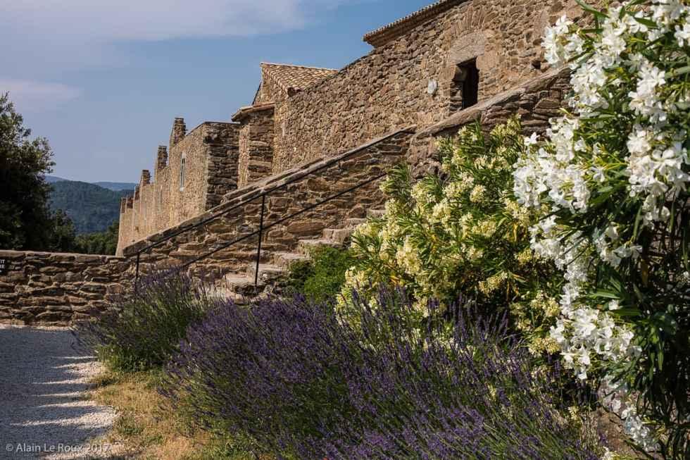 Mur extérieur qui isole le monastère au niveau de l'église romane et du grand cloître.
