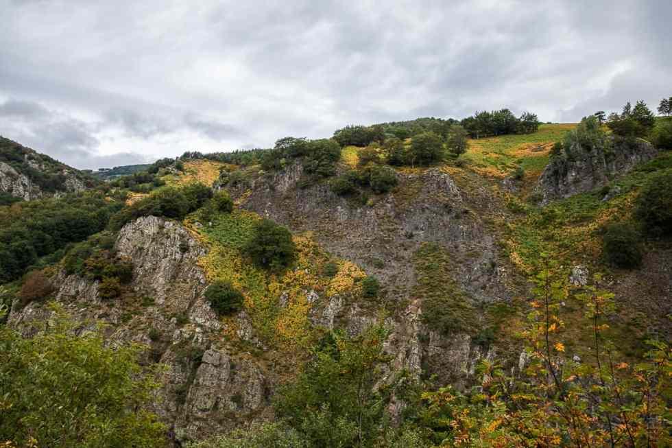 Falaise en rive droite de la Bourges au niveau de la Cascade Du Pay Pic