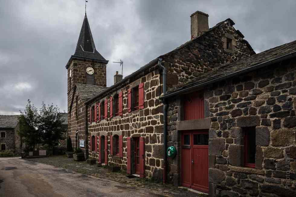 Maisons en pierre volcanique et toit de lauzes