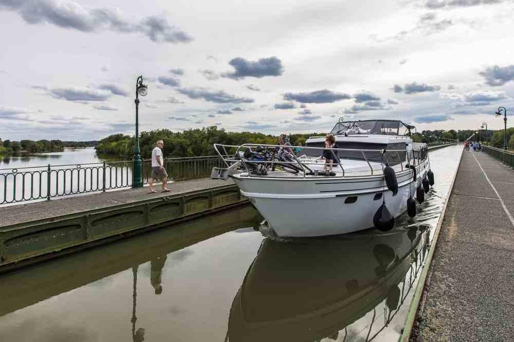 Un bateau sur le pont-canal de Briare
