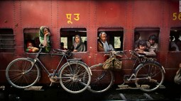 151014155441-steve-mccurry-train-super-169