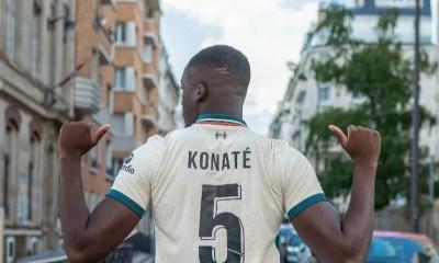 L'incroyable ambiance quand Ibrahima Konaté présente son maillot de Liverpool à ses amis