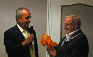 Mayor of Meylan, Jean-Philippe Blanc and Mayor of Didcot, Bill Service, exchange gifts