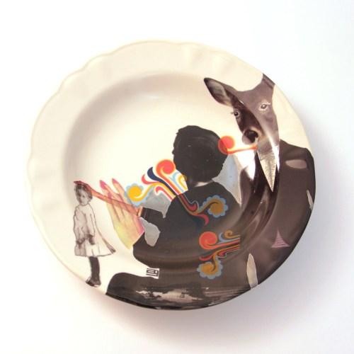 Obra en cerámica de la artista Ana Gomez. Calcomanías de tercer fuego sobre vajilla de producción industrial.