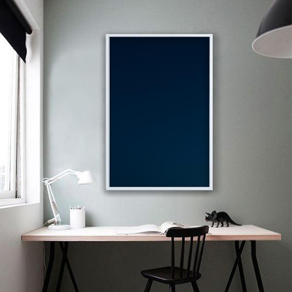 Fotografía digital de la artista Andrea Martinez decorando escritorio