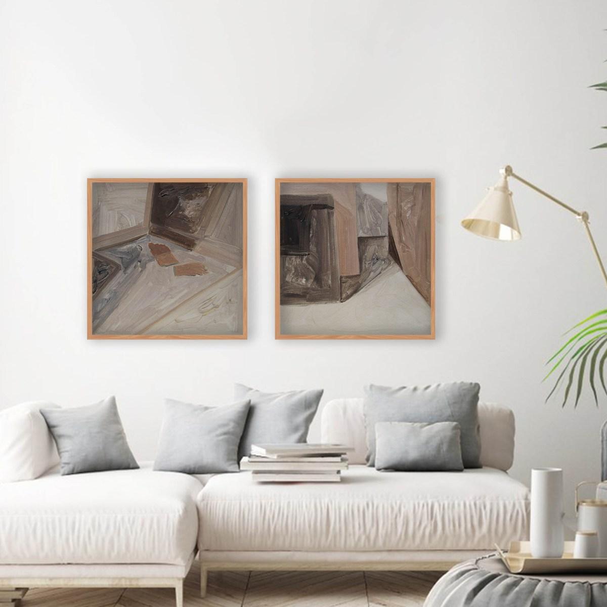 Oleo sobre papel de la artista Alicia Ayanegui sobre sillón blanco en situación de decoración