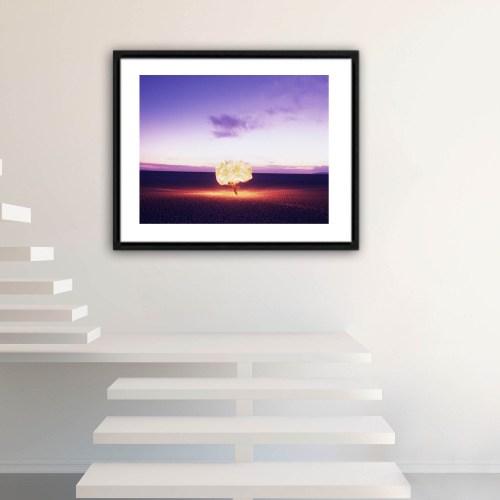 Fotografíadel artista Alfredo De Stefano decorando descanso de escalera.