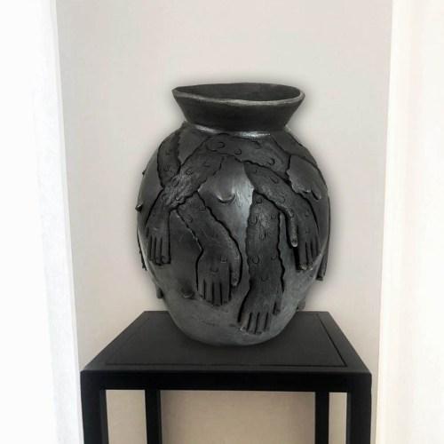 obra cerámica ubicada sobre base de hierro